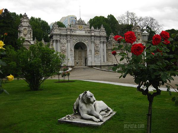 Градината и портата на двореца, през която султанът е влизал