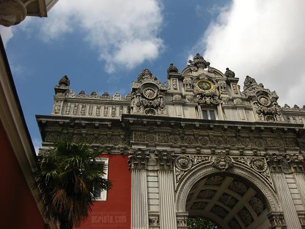 """Входът на двореца """"Долма бахче"""""""